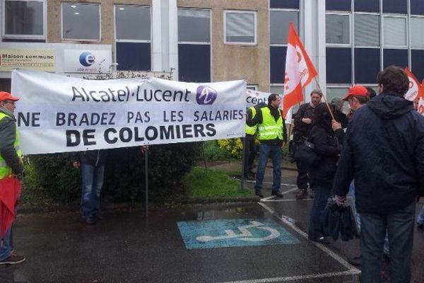Les salariés d'Alacatel-Lucent de Colomeirs devant Pôle emploi.