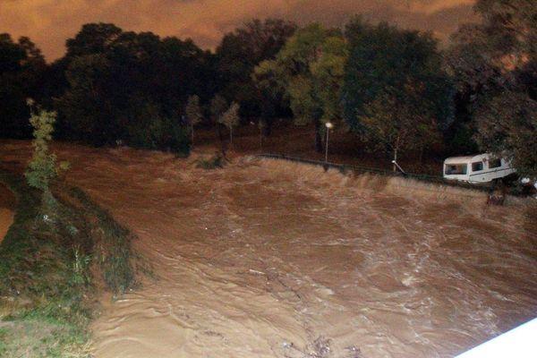 Samedi 3 octobre, une vague d'eau et de boue avait  déferlé dans un vallon et envahi par toutes les ouvertures le rez-de-chaussée de la maison de retraite du Clos Saint-Grégoire, au pied du village médiéval de Biot.