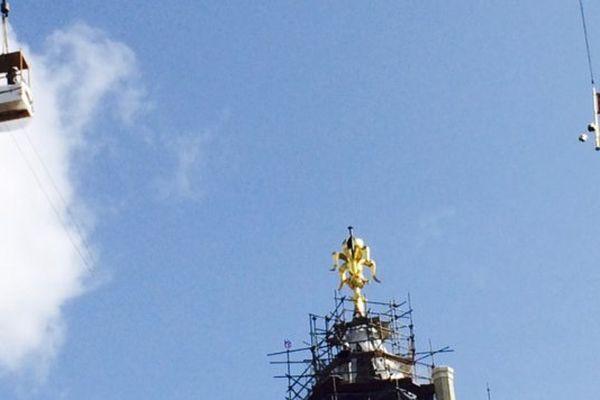 l'oripeau ; élément final, est hissé sur la tour sud-est