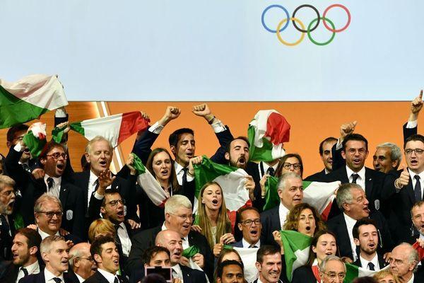 La joie de la délégation italienne au moment de la désignation de Milan et Cortina pour accueillir les J0 de 2016.