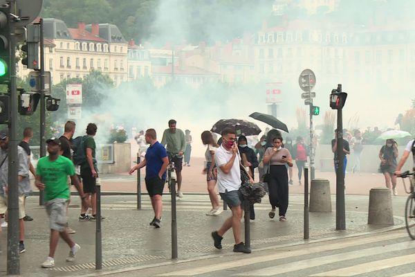 Nuage de gaz lacrymogène ce samedi 24 juillet 2021 sur la place Bellecour où quelques 900 personnes se sont rassemblées pour dire non au Pass sanitaire malgré l'interdiction du préfet du Rhône