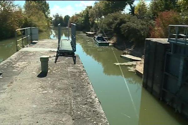 Le bateau pousseur aidait les embarcations de plaisance à passer du Lot vers la Baïse via la Garonne.