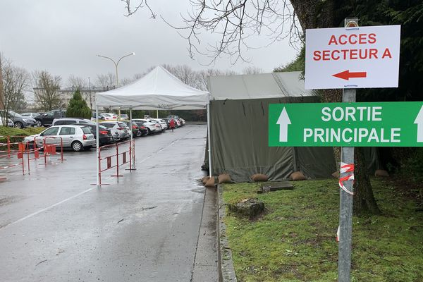 Une tente est installée dans le parking de l'hôpital Manchester à Charleville-Mézières pour dépister les patients en drive.