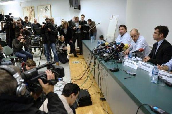 L'équipe médicale du CHU de Grenoble-La Tronche devant la presse