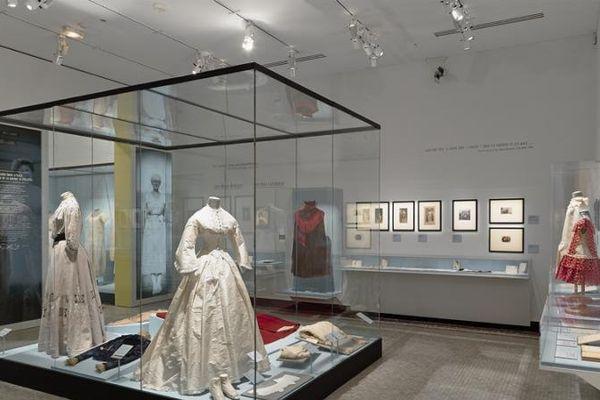 La garde-rode d'Alice Allaume présentée au musée Carnavalet révèle la grande sûreté de goût et l'originalité de cette élégante, qui incarnera le chic parisien jusque dans les années 30.