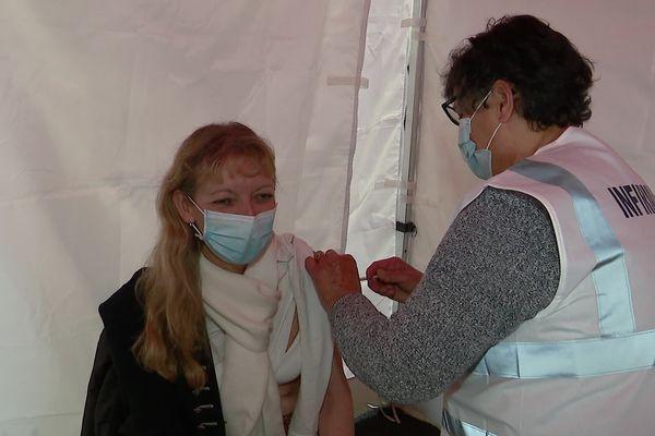 Premières vaccinations au vaccinodrome de Poitiers déployé au parc des expositions