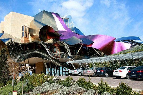 L'étonnante construction de Franck Ghery pour la Bodega de Los Herederos sur le vignoble Marques de Riscal