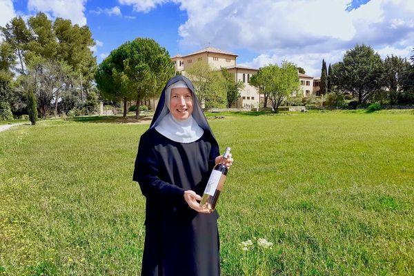 9000 bouteilles de rosés AOC Côteaux d'Aix-en-Provence. Un vin d'été frais, à la robe claire, et aux notes d'agrumes.