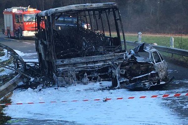 A Anteuil, le car s'était embrasé après la collision avec une voiture