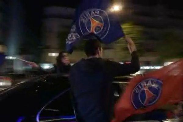 Des supporters parisiens fête le nouveau titre de champion de France du PSG.