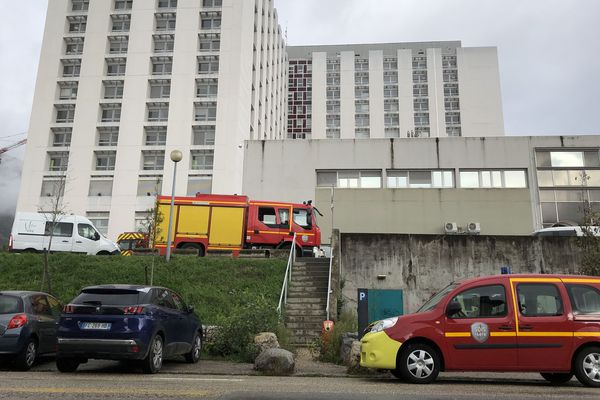 Les sapeurs-pompiers sont mobilisés au CHU de Grenoble.