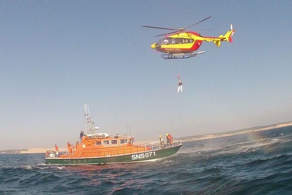 L'équipe de sauveteurs du Cap-Ferret en Gironde opère sur le Canot tous temps SNS 071 GEMA, sorti du chantier il y a 29 ans.