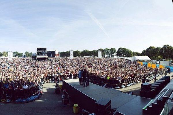 En 2012, la foule se pressait aux Vieilles Charrues. Mais avant leur arrivée, il faut bricoler !