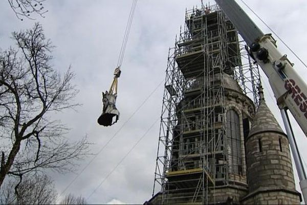 La statue a été transportée au moyen d'une grue.