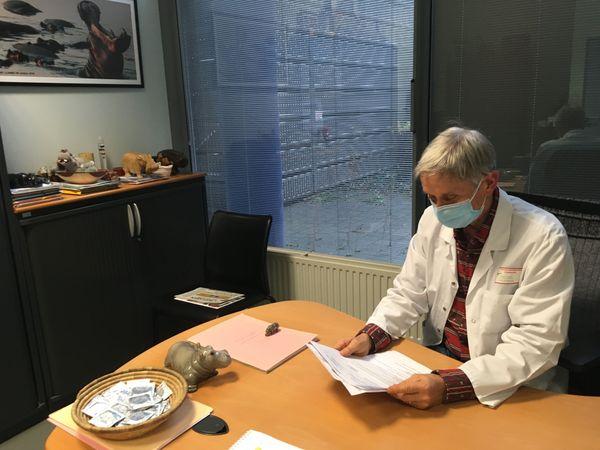 Le deuxième entretien médical permet de connaître le résultat du dépistage. Le docteur Rey, avec son hippopotame à côté de lui, souligne la bienveillance de lui et ses collègues.