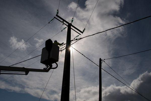 1 200 techniciens interviennent ce dimanche matin 4 octobre pour rétablir l'électricité en Bretagne. Suite aux rafales de vent de la tempête Alex, 6 000 foyers sont encore sans courant.
