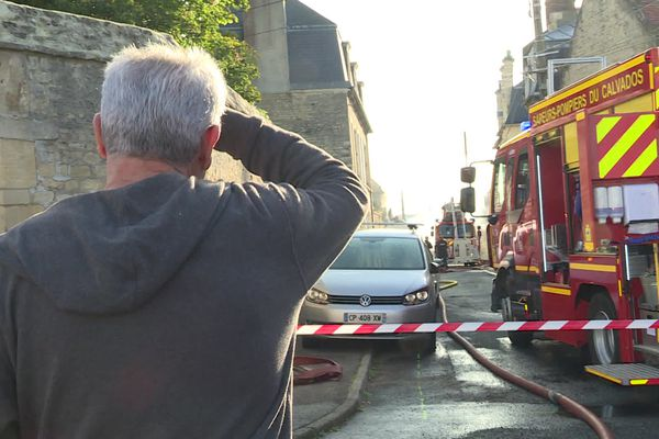 Le quartier de la rue de Calix est bouclé pour permettre l'intervention des pompiers.