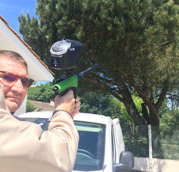 Si besoin, Erick Le Bervet intervient sur les nids à l'aide d'une arme de paint-ball, chargée en billes d'insecticides