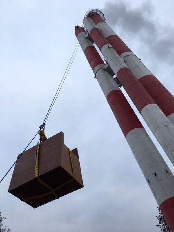 Les opérations se sont bien déroulées : un nichoir a été hissé à 50 mètres de hauteur, sur la tour d'une chaufferie dans le quartier Hautepierre à Strasbourg, le 10 décembre