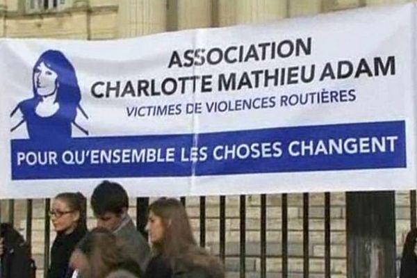 L'Association Charlotte Mathieu Adam manifeste devant le palais de justice de Montpellier - 2015