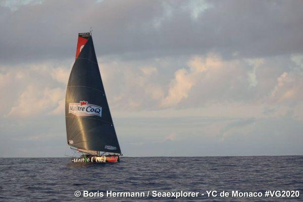 Une course pas vraiment en solitaire pour Yannick Bestaven qui navigue aux côtés de Boris Herrmann