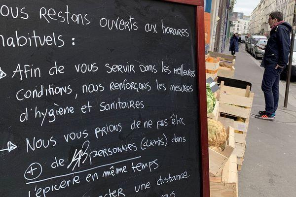 Illustration. Coronavirus en France, consignes sanitaires à l'entrée d'un petit magasin.