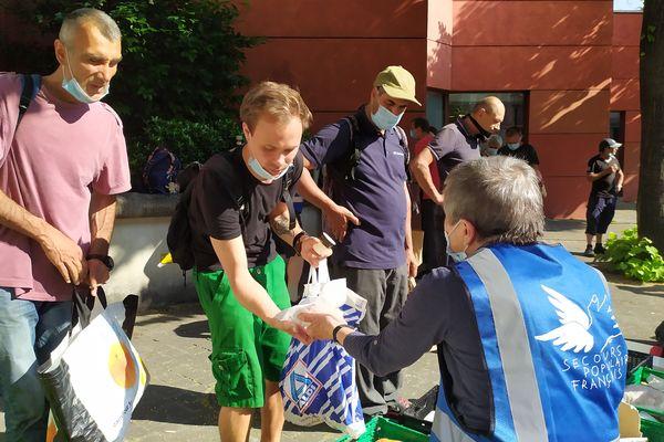 Les bénévoles du Secours populaire assurent tous les jours une distribution de repas au pied du Mamac.