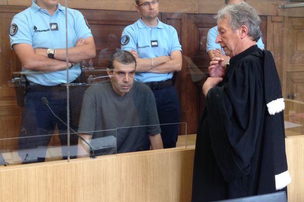 Jean-Pierre Mura, meurtrier présumé de Christelle Maillery (avec son avocat Me Michel Grebot), au 3ème jour de son procès à Chalon-sur-Saône, le 12 juin 2015.