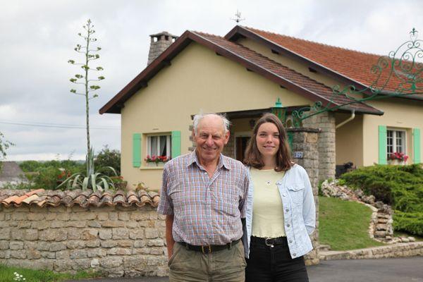 Etienne Schmitt et sa petite fille Claire devant la maison familiale à Nançois-le-Grand (Meuse) le 26 juillet 2021 avec en arrière plan l'agave américain en pleine floraison.