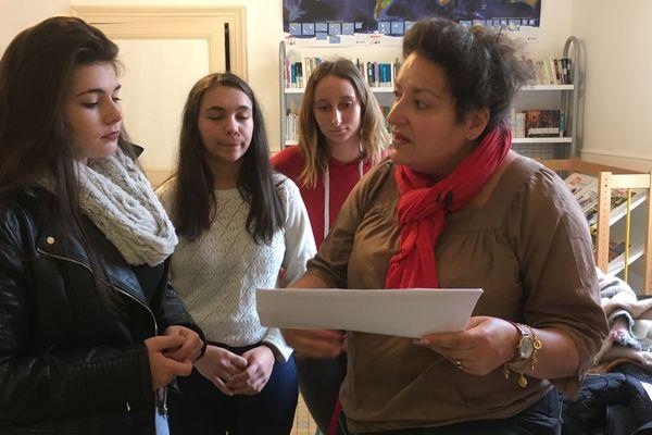 Karine Reuillon, professeur d'anglais au lycée sainte-Cécile et ses élèves de terminale