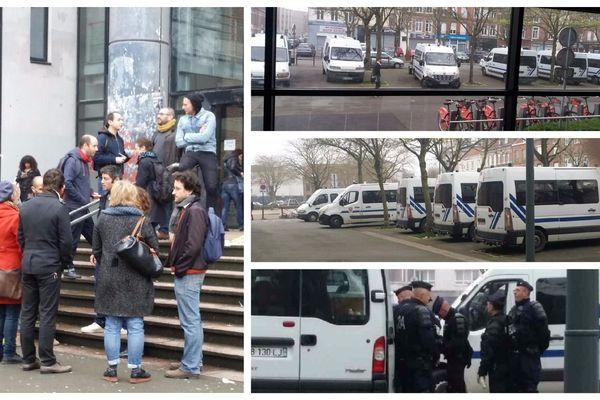 Les enseignants grévistes se sont réunis sur le parvis de l'Université, sous le regard des CRS.