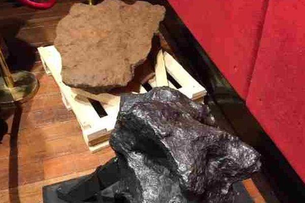 La météorite du Mont-Dieu (à gauche) et la météorite de Saint-Aubin (à droite).