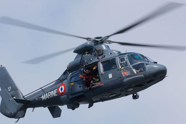 L'hélicoptère de la Marine Nationale a hélitreuillé un médecin au chevet du pêcheur à pied.