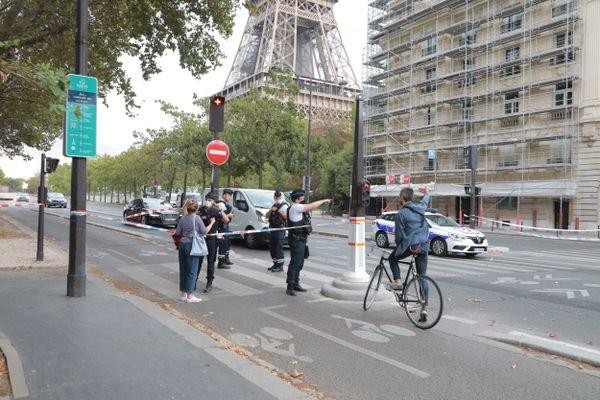 Après l'évacuation de la Tour Eiffel, un large périmètre de sécurité a été établi et des barrages policiers ont été installés aux abords du quai Branly.