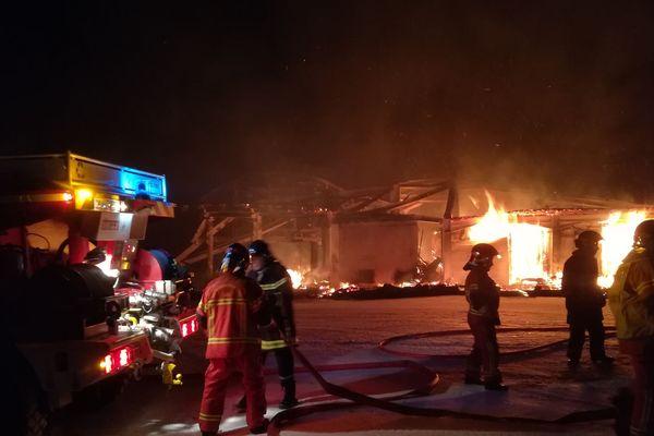Les pompiers tentent d'éteindre l'incendie