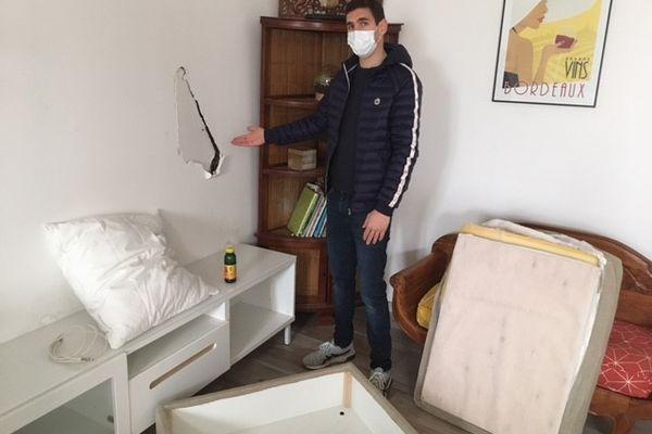 """Alexandre dans son salon qui a été saccagé par """"les locataires"""" Airbnb dans la nuit de vendredi 26 mars à samedi 27 mars. Floirac, Gironde."""
