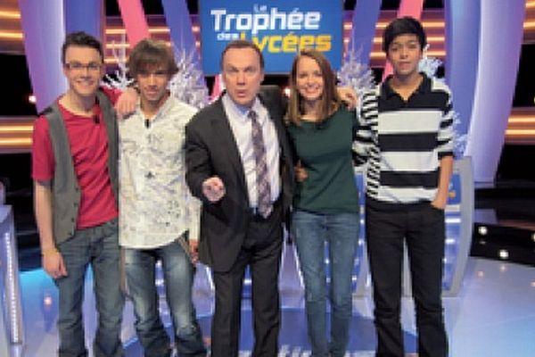 """Les quatre lycéens de Somain aux côtés de l'animateur de """"Question pour un Champion"""", Julien Lepers."""