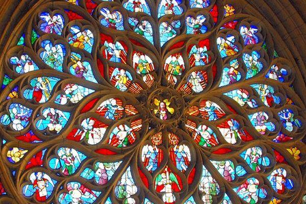 """Le vitrail """"concert céleste"""" de la cathédrale de Sens"""