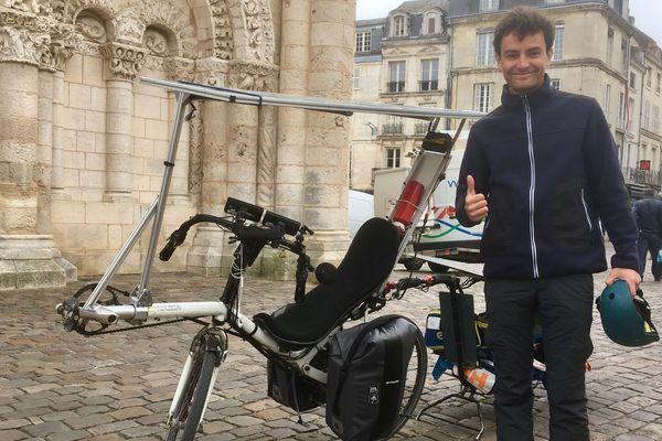 Luc Giros présente son vélo solaire à bord duquel il s'apprête à parcourir 17.000 km en Europe pour faire parler de l'exstrophie vésicale, une maladie rare dont il est atteint.