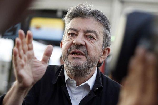 Jean-Luc Mélenchon du Front de Gauche ne donne pas de consigne de vote dans les régions Nord-Pas-de-Calais-Picardie et Paca où la gauche est absente du second tour des élections régionales.