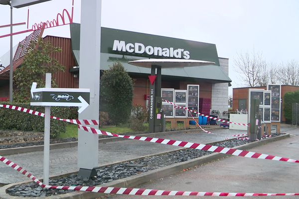 Le 20 février dernier, une patrouille de police constatait la présence 46 personnes, attablées sur la terrasse du fast-food.