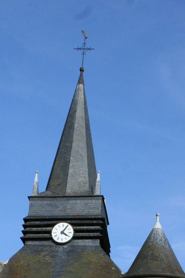 L'église fortifiée de Parfondeval, dans l'Aisne. On peut apercevoir des motifs en losanges réalisés avec des briques plus foncées.
