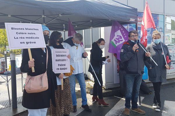Prise de parole syndicale à l'entrée du CHU d'Angers où les personnels du service de réanimation sont en grève le 6 mai 2021