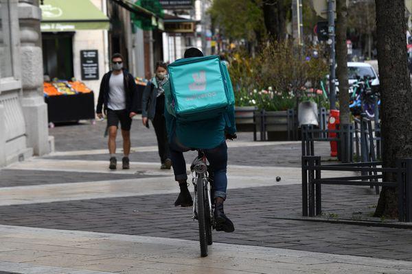 Un livreur de repas à vélo - image d'illustration
