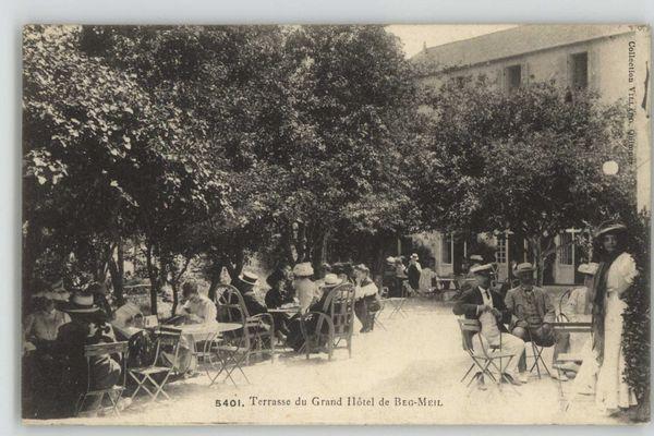 Construit en 1886, le Grand Hôtel devient rapidement un lieu de villégiature fréquenté par une clientèle aisée. Marcel Proust y descend avec son ami le compositeur Reynaldo Hahn en 1895. Aujourd'hui, le bâtiment existe toujours et accueille l'Agrocampus Ouest.