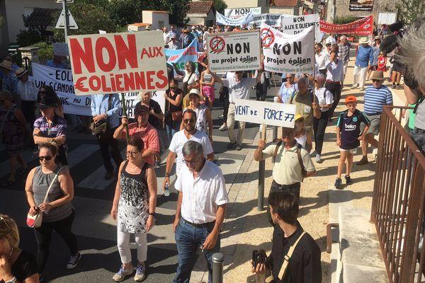 Près de 500 manifestants ont défilé dans les rues de Saint-Aulaye-Puymangou pour dire leur opposition aux projets éoliens.