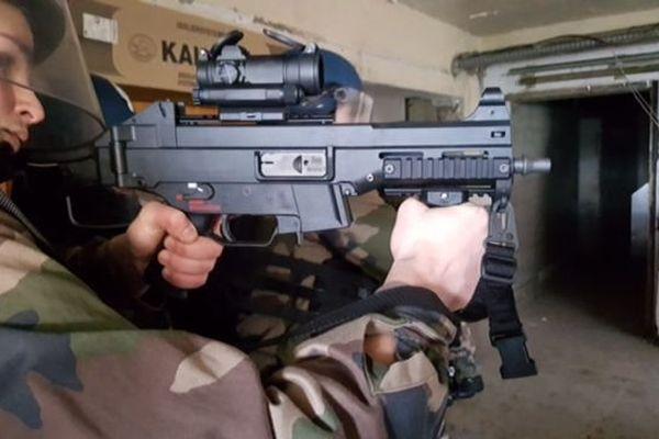 Depuis les attentats, les gendarmes du PSIG disposent de fusils à lunette à visée holographique.