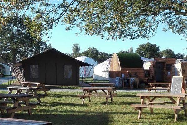 Parmi les logements insolites, on retrouve des tipis, des roulottes, une tiny house et parfois mêmes des hébergements atypiques dans des campings.