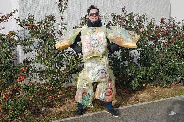 """""""Monsieur Poubelle"""", promène sur lui un mois de déchets d'emballages de repas à emporter"""