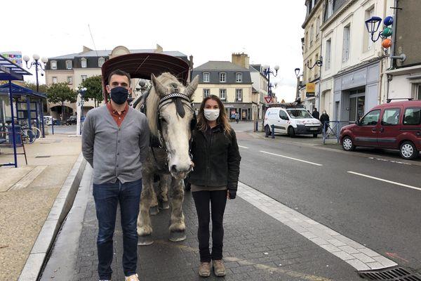 Brice Vauthier libraire et Solène Lavanan avec son percheron Vaquéro, en route pour la première livraison